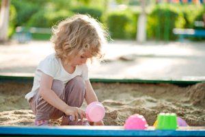 Sandkasten mit Kind