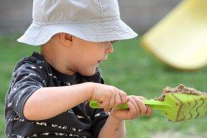 Kind mit Sandschaufel