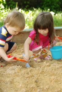 sandkasten kinder spielen
