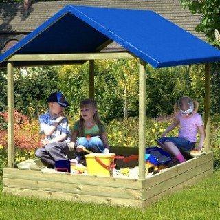 """Sandkasten """"Sophie"""" von Gartenpirat aus Holz und mit blauem Dach"""